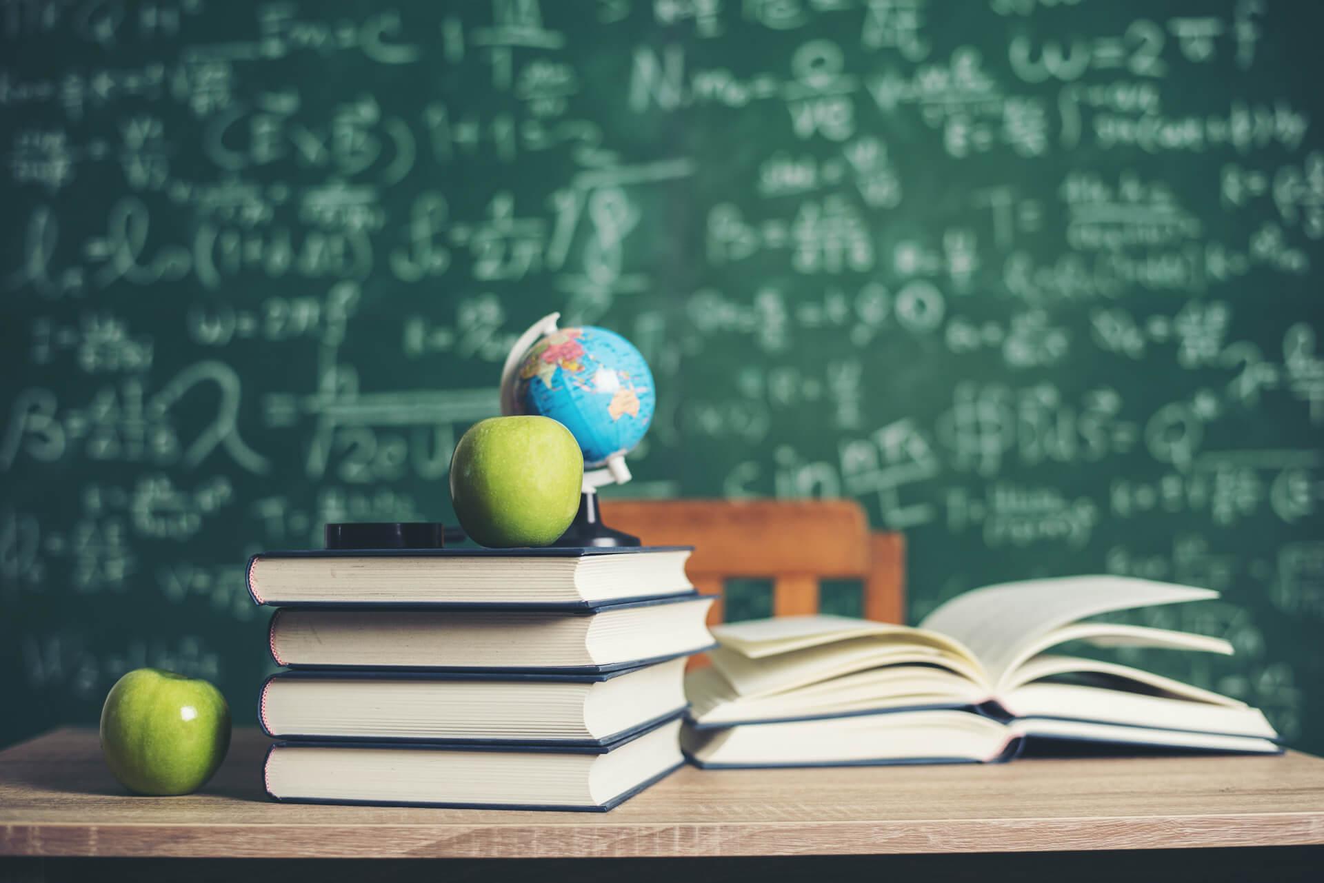 Livros abertos na mesa da sala de aula