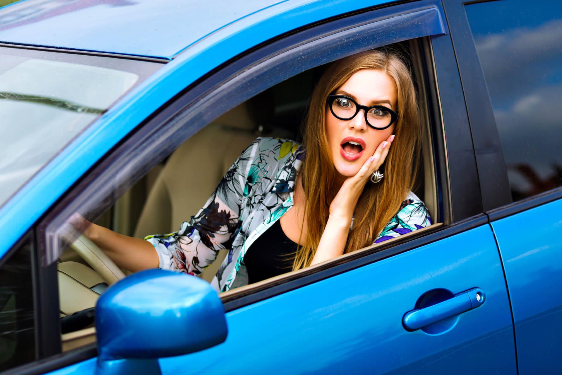 Mulher indignada por não poder dirigir