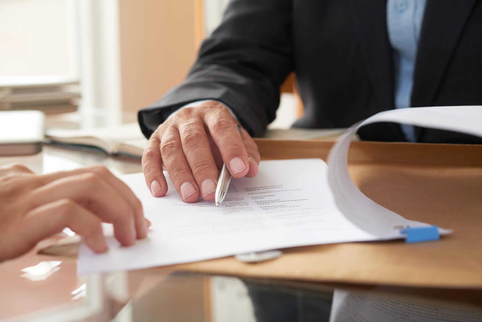 Profissionais assinando acordo