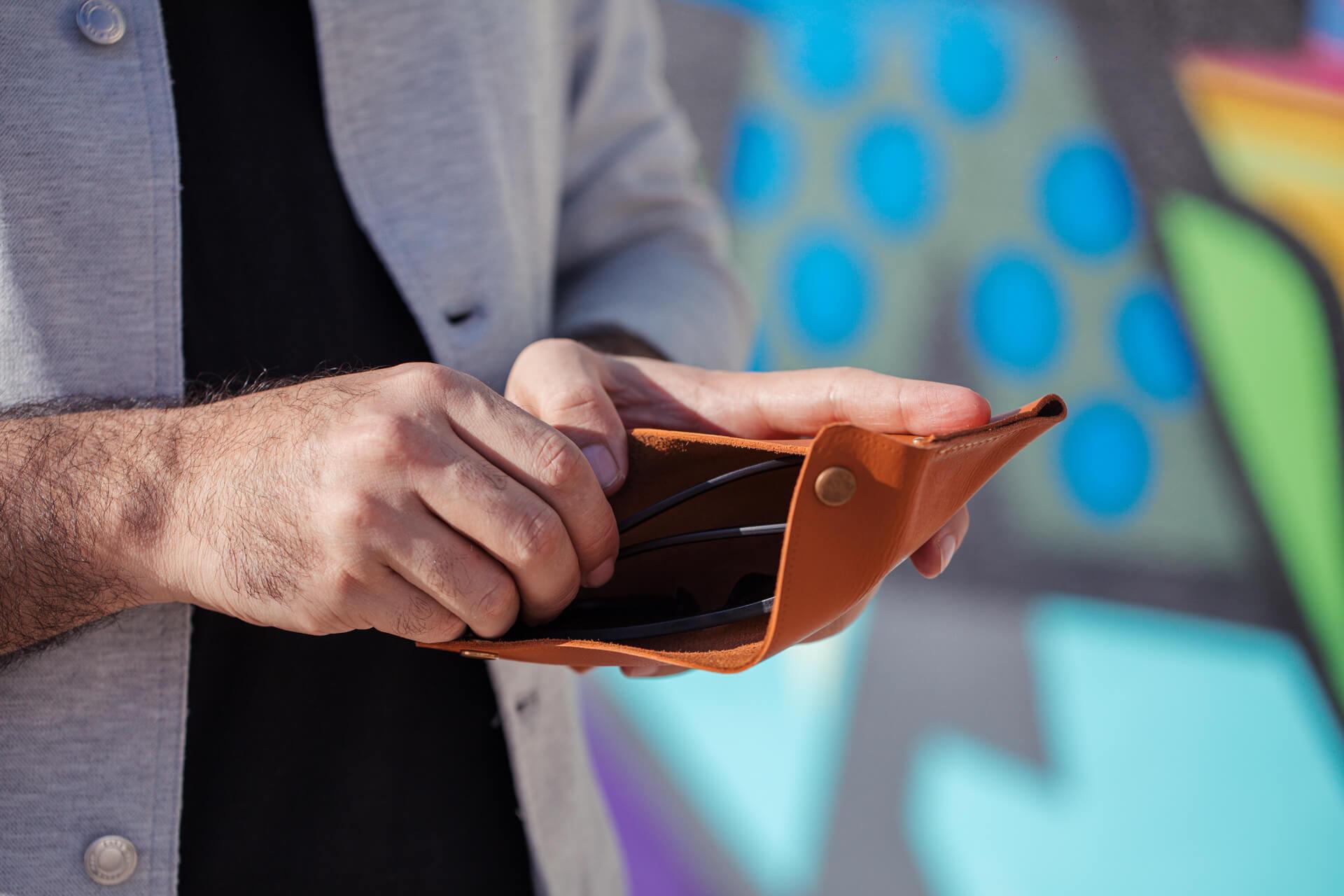 Homem pegando dinheiro na carteira